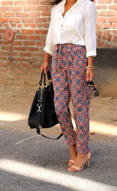 *thrifted loose printed trousers + white loose button up + nude sandals = relaxed work outfit. Spring Summer Fashion, Autumn Fashion, Look Boho Chic, Business Hose, Looks Plus Size, Printed Trousers, Printed Pants Outfits, Mode Hijab, Pants Pattern
