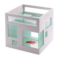 Стеклянный аквариум для рыбки, обрамленный белым пластиковым каркасом – прекрасная возможность соорудить для своей золотой рыбки целый отель. Этот аквариум действительно выглядит не как классический круглый аквариум, к которым мы обычно привыкли, а как настоящие пятизвездочные апартаменты. Осталось только регулярно их убирать, чтобы хозяйка была довольна. <br /> - Внутренняя стеклянная чаша съемная – для удобства мытья.<br /> - Объем около 7,5 литров.