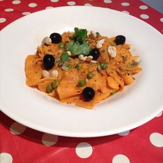 Vegan spiralized sweetpotatoetti with creamy cheesy roast pepper sauce topped with pumpkin seeds cashew nuts olives and basil #veganuary #veganuary2017 #spiralizer #sweetpotato #nutritionalyeast #wardymoo #bearsteps #schooloflife