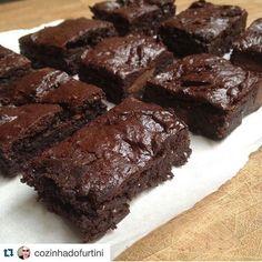 Brownie  Pré aqueça o forno antes. Bata no liquidificador 4 ovos, 1/2 Xic de açúcar demerara, 1/2 Xic de adoçante forno e fogão (se achar muito doce reduza um pouco), 1/2