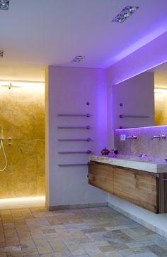 Bad In Travertin, Boden Mit Bodengleicher Dusche Hinter Der Trennwand,  Wände Und Massiver Waschtisch