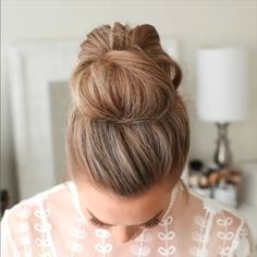 Messy Updo Hairstyle / Latest Hair Trends 2019 A chic style of hairstyle that would get you going for all your casual lazy days spring mornings sunny afternoons summer evenings and all your semi-forma Peinado Updo, Hair Upstyles, Latest Hair Trends, Hair Videos, Makeup Videos, Pretty Hairstyles, Messy Bun Hairstyles, Hairstyle Ideas, Buns Hairstyles Tutorials