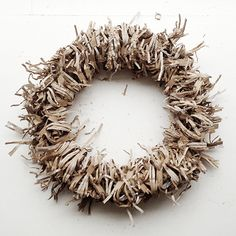 NATURKINDER: Wreath made of Packaging Material Diy Recycle, Recycling, How To Make Wreaths, Burlap Wreath, Wrapping, Neutral, Packaging, Diy Crafts, House