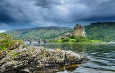 Ten towns in Scotland that are noted for their picturesque setting and extraordinary history. Scotland Travel, Ireland Travel, Scotland Vacation, Beautiful Castles, Beautiful Places, Gatehouse Of Fleet, Eilean Donan, England And Scotland, New Travel