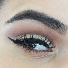 Learn how to do a cut crease eyeshadow look the easy way in this video tutorial! | Slashed Beauty #beauty #makeup #cutcrease