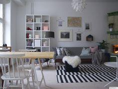 olohuone,raitamatto,hylly,puupöytä,puutuoli