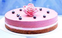 A very pretty cake. Brownie cake with blueberry mousse.  Brownietårta med blåbärsmousse