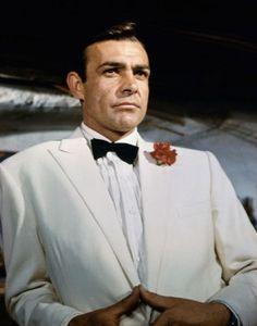 Mitico lo smoking bianco di Sean Connery in 007 missione Goldfinger, del 1964.