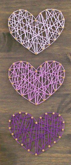 Fait à la main mini panneau en bois avec des fils tendus. Cet article est fait avec la plus haute qualité en bois et fournitures disponibles et à la main avec amour. Chaque élément est fabriqué sur commande et est également personnalisable. Sil vous plaît faites le moi savoir si vous souhaitez des couleurs personnalisées pour correspondre à votre décor ou des couleurs personnalisées pour un cadeau.  Taille: 5 1/2 x 11 1/8 pouces (il sagit dune taille approximative, la plupart des signes sont…