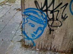 Graffiti de niño azul en el cerramiento de alguna obra por la calle Ciudad de la Paz - Palermo/Colegiales