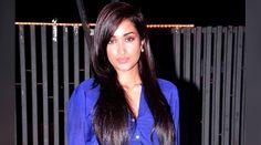 La actriz britnico-india Jiah Khan, que participo; en importantes películas de Bollywood, el Hollywood de India, se suicidó ahorcándose el 2 de junio en Mumbai (India), tras no poder superar la depresión por el aborto de su bebé; y supuestos abusos de su pareja.