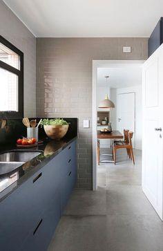 A pia de granito pode ser encontrada com gabinete embutido. Kitchen Interior, Kitchen Furniture, Kitchen Room, Kitchen Decor, Dining Sale, Kitchen Furniture Design, Kitchen Dining, Home Kitchens, Kitchen Design