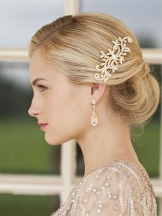 Loving the classy retro style... very Gatsby! Gold teardrop and crystal hair comb from Mariell