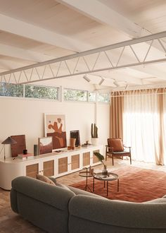 Wahroonga House by Tom Mark Henry | Yellowtrace Mid Century House, Mid Century Style, Rugs In Living Room, Living Spaces, Room Rugs, Mark Henry, 1950s House, Interior Architecture, Interior Design