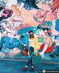 Hace tiempo que vemos la tendencia de los pañuelos como turbantes, la realidad es que es una de las mejores opciones para verano, día o noche, levanta mucho el color, y con unos buenos anteojos 😎 Como les conté anteriormente buscando practicadas en el uso de los pañuelos, diseñamos nuestros propios turbantes con los estampados originales de los pañuelos. @lucianabaccifs nos propone un look urbano y fresco con el pañuelo Fellini Fucsia puesto como turbante!!! Amarillo y fucsia no falla y…