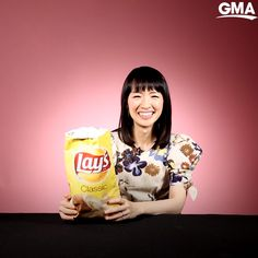 Marie Kondo folding things is so deeply satisfying on her hit Netflix show that we asked her to try to fold some odd items using her KonMari method. Home Organization Hacks, Closet Organization, Konmari Method Folding, Chip Bags, Clothing Hacks, Vintage Quilts, Potato Chips, Getting Organized, Clean House
