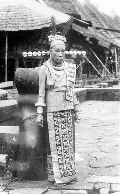 De oude vorstin en moeder van raja Borani in kampong Hili Simaetano, Zuid-Nias Unknown date