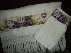 Conjunto de toalha pintado com acabamento em Macramê