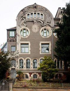 Пример красивой отделки фасада дома серого цвета в ардеко стиле