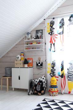 MEILLÄ KOTONA SUOSITTELEE  Verholla väriä lastenhuoneeseen Scandinavian Shelves, Scandinavian Design, String Shelf, String System, Large Shelves, Lego Storage, Kidsroom, Portfolio Design, Shelving