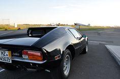 Nach unserer tollen Fotostrecke vom letzten Jahr mit Pantera und Dino 308 GT4 war es mal wieder an der Zeit für eine kleine Foto-Ausfahrt. Das Wetter ist schön und so ging es spontan zum Flughafen Mainz Finthen, um eine Runde zu fliegen. Erst mit unseren 70er-Schlitten über