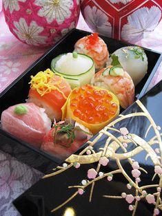 手まり寿司 Temari Zushi, a ball type cute sushi. Japanese Food Sushi, Japanese Dishes, Japanese Lunch, Japanese Sweets, Japan Sushi, Food Japan, Taiwan Food, Bento Kawaii, Temari Sushi