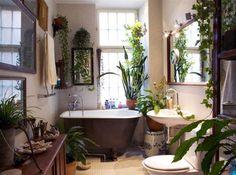 Djungel. Badrummet har självklart badkar med lejontassar och många gröna växter för att förstärka intrycket av Orienten.