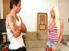Sarışın kızın evine girmeyi başardı, ikinci hedefi onunla sikiş yapmak bakalım onu nasıl beceriyor.