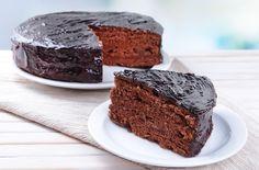 Una receta rapida de preparar de pastel de chocolate cubierto con un glaseado de chocolate. Se le puede poner mermelada en el medio.
