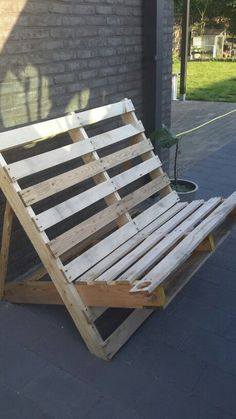 Pallet Ideas : Want to improve your house with wooden pallet furnishing? We are … Pallet Ideas : Want to improve your house with wooden pallet furnishing? We are the right place for you. Click and get to know a lot of pallet ideas. Palette Garden Furniture, Pallet Patio Furniture, Pallet Chair, Diy Furniture, Furniture Design, Pallet Lounge, Pallet Benches, Wooden Pallet Projects, Wooden Pallets