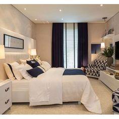 Azul e branco nos detalhes compõem um ambiente descontraído, acolhedor e elegante...  {Projeto: Prado Zogbi Tobar Arquitetura, para Mostra Quarto Etc} #azulebranco #quarto #decor #homedecor #bedroom