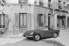 Jean-Paul Belmondo en 1961 et sa Renault Alpine 5CV Gordini