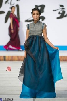 Hanbok - Korean Traditional Dress (Designer Lee Young Hee) // Love the modernized look to it. Korean Traditional Dress, Traditional Fashion, Traditional Dresses, Korean Dress, Korean Outfits, Ethnic Fashion, Korean Fashion, Modern Hanbok, Japan Fashion