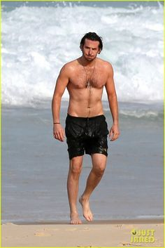 Bradley Cooper Premieres 'Hangover III', Swims Shirtless in Rio!: Photo Bradley Cooper suits up for the premiere of The Hangover Part III on Tuesday (May in Rio de Janeiro, Brazil. The actor was joined at the red carpet… Bradley Cooper Shirtless, Bradley Cooper Hot, Bradley Cooper Hangover, Actrices Hollywood, James Mcavoy, A Star Is Born, Hollywood Actor, Hollywood Actresses, Shirtless Men