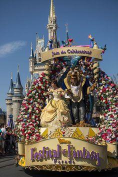 """Parada """"Disney Festival of Fantasy"""" estreou no ultimo domingo no Magic Kingdom - TioOrlando.com.br"""
