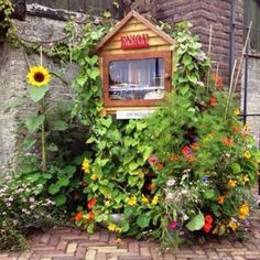 Est'hers Little Free Library aan de Boshovensestraat 9 in Riethoven, Noord-Brabant Cabin, House Styles, Free, Home Decor, Homemade Home Decor, Interior Design, Cottage, Home Interiors, Wooden Houses