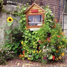 Est'hers Little Free Library aan de Boshovensestraat 9 in Riethoven, Noord-Brabant
