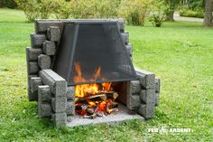 Picnic outdoor fireplace with back – Les foyers Deck Fire Pit, Outside Fire Pits, Fire Pit Backyard, Backyard Games, Outdoor Fireplace Brick, Backyard Fireplace, Foyers, Fire Pit Designs, Summer Kitchen
