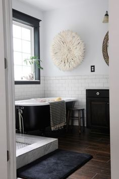 classic black and white bathroom HG:  LOVE IT!  Except for the art on the wall...not bad, but not my thing.