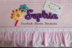 Toalha de Banho bordada em Ponto Russo, Varinha de Condão, Coroa, Princesa, Sophia - Facebook: Biartes Bordados