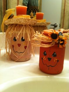 Candle Holders Recycle jars into scarecrow candle holders.Recycle jars into scarecrow candle holders. Mason Jar Projects, Mason Jar Crafts, Bottle Crafts, Pickle Jar Crafts, Pickle Jars, Fall Mason Jars, Mason Jar Diy, Adornos Halloween, Halloween Crafts