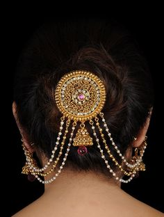 wedding hair accessories for half up half down Indian Jewelry Earrings, Head Jewelry, Jewelry Design Earrings, Indian Wedding Jewelry, Hair Jewellery, Indian Weddings, Gold Jewellery, Jewelery, Stylish Jewelry