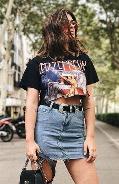 Como usar saia jeans no verão. T-shirt de banda cropped, minissaia desfiada, cinto western