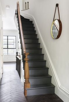 Indoor/Outdoor Living, Brooklyn-Style Sabino – love this! Dark grey stairs against the wooden floors and bannister and white walls Style Brooklyn, Brooklyn Nyc, Brooklyn Brownstone, Style At Home, Style Uk, Black Stairs, Black Painted Stairs, Black Wooden Floor, Black Banister