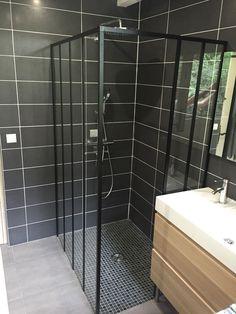 Douche à l'italienne avec installation d'une paroi de douche style industriel Zenne de chez Castorama et faïence anthracite, blanche et grise. Meuble couleur bois pour apporter un peu de chaleur
