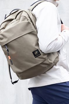This backpack combines great features for everyday life and traveling with the modern look of a courier backpack. Leather Backpack, Traveling, Backpacks, Modern, Bags, Life, Fashion, Viajes, Handbags