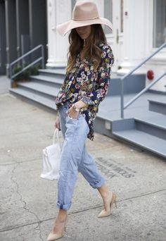 calça boyfriend + camisa floral + scarpin