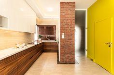 Kuchnia z elementami cegły, drewna i mocnej limonki.