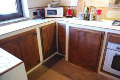 Le antine della Cucina La Mangiatoia, sono realizzate in pioppo antico di prima patina finito a cera d'api naturale e si sposano bene con il pavimento in legno anticato.