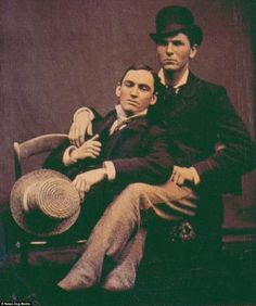 Here is how gay couples express their loves for each other in the Victorian Era. A late century gay couple A middle-aged gay . Vintage Couples, Vintage Men, Vintage Beauty, Vintage Black, Art Gay, Lgbt History, Lgbt Couples, Cultura General, History Photos